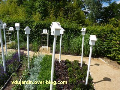 Chaumont-sur-Loire, festival 2010, le jardin 18, 2, les maisons des oiseaux et des chaises d'arbitre