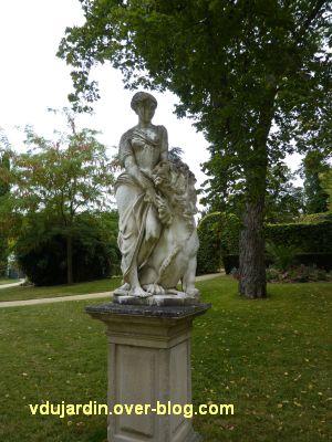Poitiers, le lion amoureux de Maindron dans le parc de Blossac, 1, vu de face