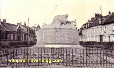 Monument aux morts de Ressons-sur-Matz par Réal del Sarte, carte postale ancienne
