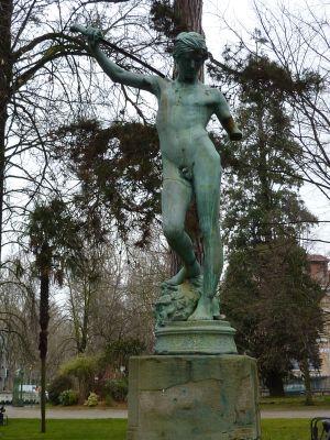 Le David vainqueur de Goliath de Mercié, au Grand-Rond de Toulouse, copie, vue générale