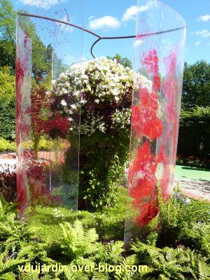 Chaumont-sur-Loire, festival 2010, le jardin 11, 2, structure rouge et plantes