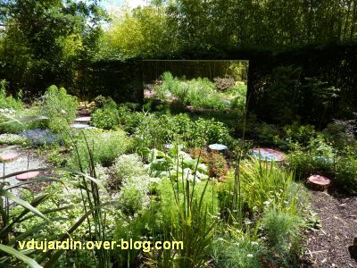 Chaumont-sur-Loire, festival 2010, le jardin 19 bis, 2, des plots et un miroir