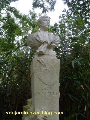 Poitiers, parc de Blossac, le monument à Perrault par Sudre, 2, le buste et le piédestal