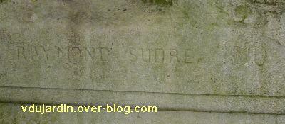 Poitiers, parc de Blossac, le monument à Perrault par Sudre, 3 la signature de Sudre et la date 1910