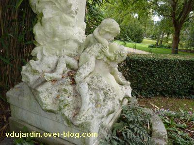 Poitiers, parc de Blossac, le monument à Perrault par Sudre, 4, les enfants au pied du monument