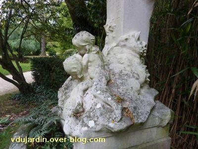 Poitiers, parc de Blossac, le monument à Perrault par Sudre, 5, les enfants au pied du monument