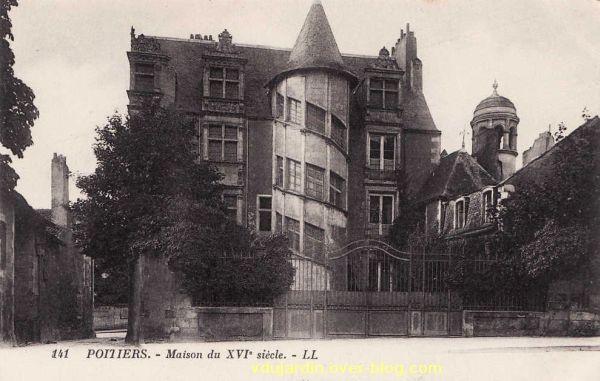Poitiers, hôtel Jean Beaucé, carte postale ancienne, façade vue de près