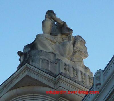 Tours, la gare, allégorie de Limoges, 3, de profil