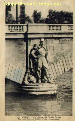 Paris, le Pont de l'Alma, carte postale ancienne, 3, le grenadier voltigeur
