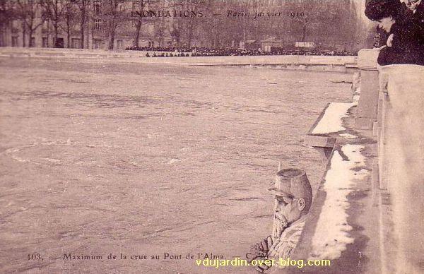Paris, le Pont de l'Alma, carte postale ancienne, crue de 1910, 3, le chasseur à pied