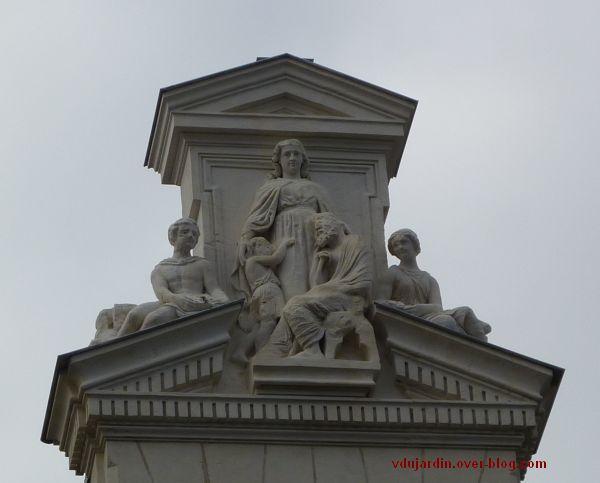 Poitiers, le cercle du commerce, le fronton avec l'llégorie de la Charité