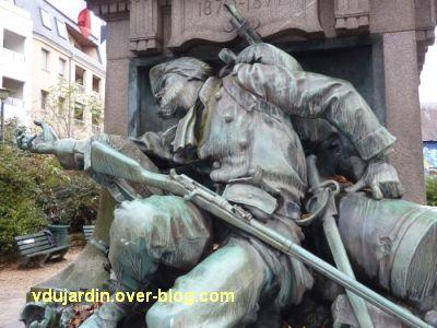 Poitiers, monument aux morts de 1870, 7, détail de la vareuse