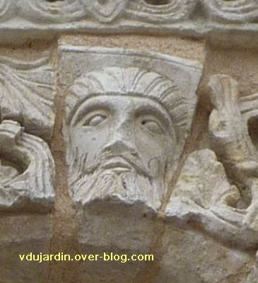 Poitiers, façade de Notre-Dame-la-Grande, deuxième niveau, 15, tête d'homme sur l'arc 4