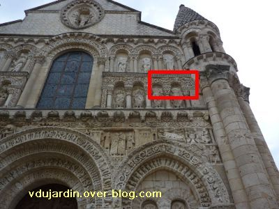 Poitiers, façade de Notre-Dame-la-Grande, deuxième niveau, localisation des sculptures de l'article