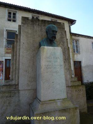 Emile Roux par René Pajot, 1937, à Confolens, 1, vue générale du monument