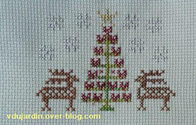 Noël 2010 par Lili HR, un sapin entouré de rennes