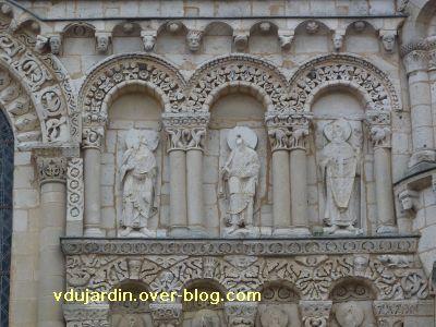 Poitiers, façade de Notre-Dame-la-Grande, les apôtres, 3, en haut à droite, apôtres et évêque