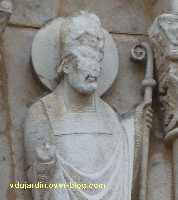 Poitiers, façade de Notre-Dame-la-Grande, les apôtres, 9, détail de la tête et de la crosse du pape