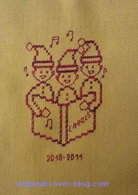 Petits chanteurs brodés sur une grille d'Emmanuelle