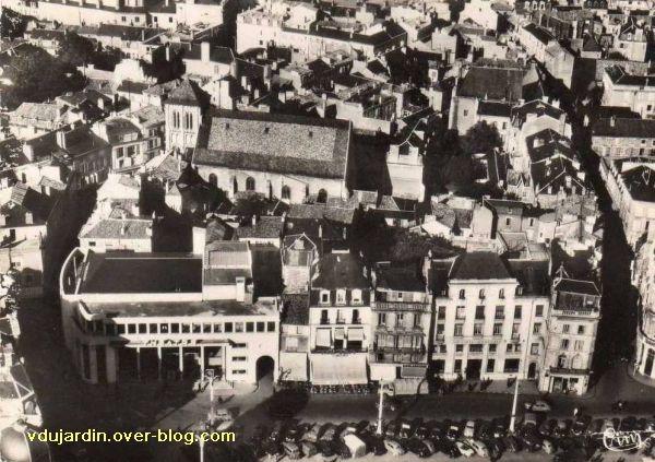 Poitiers, église Saint-Porchaire, 1, vue aére.ienne des années 1950 avec le théâtre