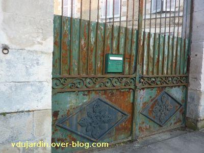 Poitiers, boîte aux lettres, 4, une boîte normalisée sur une vieille grille