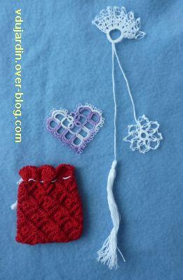 L'envoi de Bidouillette pour noël 2010, pochette rouge, marque-page et coeur en frivolité