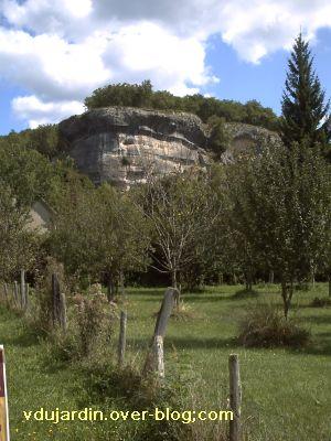 Les Eyzies-de-Tayac-Sireuil, le rocher qui domine la grotte de Font-de-Gaume