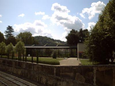 Le musée de Vesunnia vu depuis la sortie du centre national de préhistoire