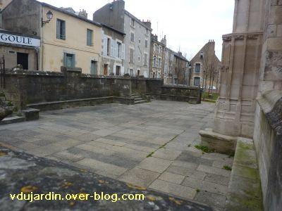 Poitiers, le parvis de Sainte-Radegonde, 2, vue vers le nord