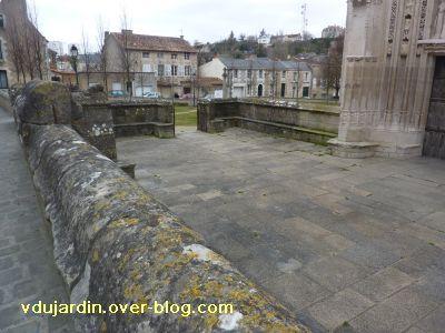 Poitiers, le parvis de Sainte-Radegonde, 3, le muret et les bancs