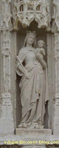 Poitiers, église Sainte-Radegonde, le portail, 3, Vierge à l'Enfant