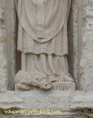 Poitiers, église Sainte-Radegonde, le portail, 5, monstres aux pieds de saint Hilaire