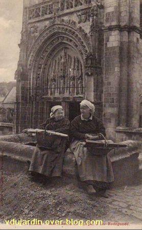 Poitiers, le parvis de Sainte-Radegonde avec vendeuses de cierges, carte ancienne