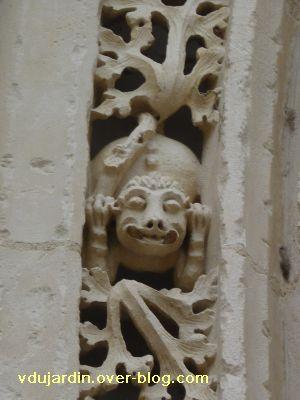 Poitiers, portail de Sainte-Radegonde, rouleau externe, 3, deuxième singe