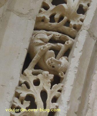 Poitiers, portail de Sainte-Radegonde, rouleau externe, 4, troisième singe
