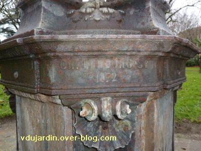 Toulouse, fontaine Wallace du Grand-Rond, 4, la signature du sculpteur Lebourg