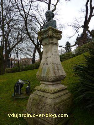 Toulouse, Grand-Rond, buste de Mengaud, 2, vu de loin