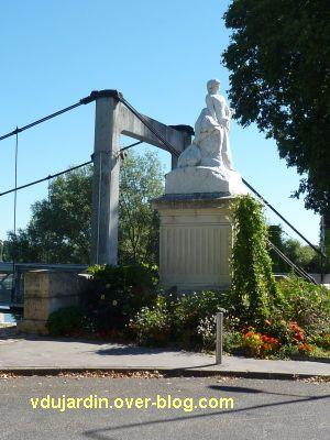 Tours, le monument aux morts de 1870, vue 2, de loin près du pont de fil