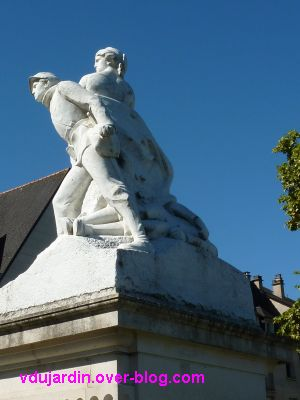 Tours, le monument aux morts de 1870, vue 5, de trois quarts dos