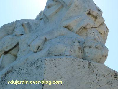 Tours, le monument aux morts de 1870, vue 7, le soldat mort