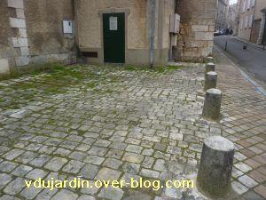 Poitiers, 18 février 2011, trottoir, 03, en herbe eau bout de la place de la cathédrale