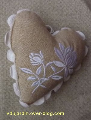 Cadeau reçu d'Ammaria, 3, un coeur en broderie blanche