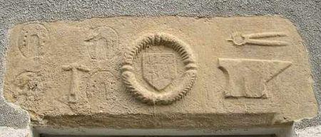Lessac, date de 1779 portée sur un linteau de porte du bourg avec des outils de forgeron