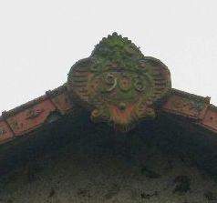 Lessac, date de 1908 portée sur l'acrotère du toit d'une grange