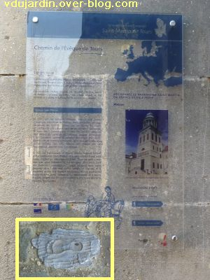 Ligugé, 2, la plaque de l'itinéraire culturel et son symbole