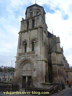 Poitiers, le clocher roman de Sainte-Radegonde, 3, vu de face