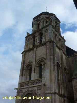 Poitiers, le clocher roman de Sainte-Radegonde, 4, vu depuis le sud-ouest