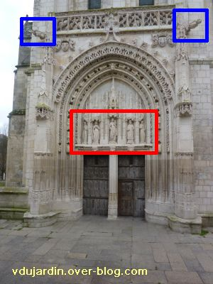 Poitiers, église Sainte-Radegonde, le portail avec les parties des 19e et 21e siècles