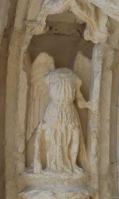 Poitiers, portail de Sainte-Radegonde, l'ange de gauche