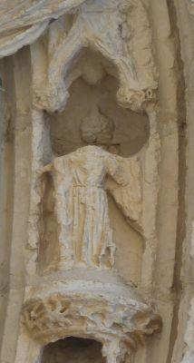 Poitiers, portail de Sainte-Radegonde, l'ange de droite